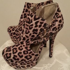 Qupid Women Leopard Platform Shoes